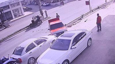 حادث سير مخيف.. جرّار يخرج عن السيطرة ويضرب 3 سيارات متوقفة