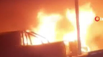 اندلاع حريق مفاجئ داخل معرض سيارات فاخرة في أنطاليا التركية