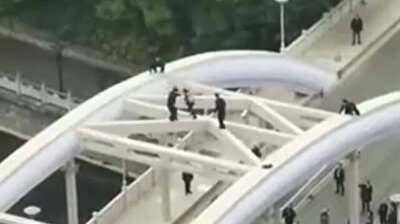 Chinese girl makes fools of cops who thought she was committing suicide on bridge