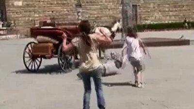 شاهد.. حصان هائج يخرج عن السيطرة تمامًا في ساحة شهيرة بإيطاليا