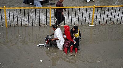 بعد هطول الأمطار الموسمية في باكستان.. الشوارع تحولت إلى بحيرات!