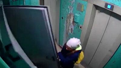 سقوط باب حديدي أثناء فتحه فوق فتاة صغيرة في روسيا
