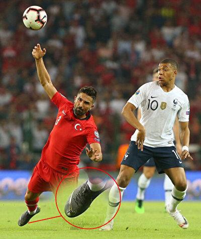 Habertürk'ten Ahmet Selim Kul'un haberine göre; ayak baş parmağında yaşadığı sıkıntı nedeniyle kesik kramponla maça çıkan Hasan Ali Kaldırım'ın ayağındaki bu detay Fransız futbolcuların ilgisini çekti.