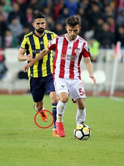 Hasan Ali Kadırım daha önce de Fenerbahçe formasıyla sahaya benzer kramponlarla çıkmıştı.