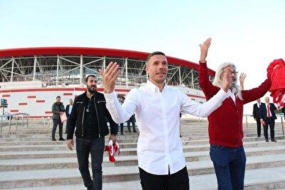 Fraport TAV Antalyaspor'un yıldız futbolcusu Lukas Podolski, yeşil sahalarda sergilediği performansın yanı sıra sosyal hayatıyla da gönüllere taht kuruyor.