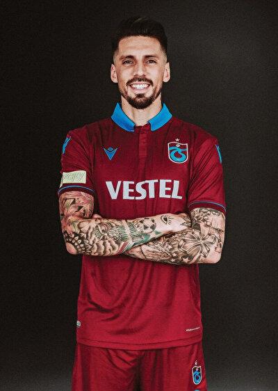 Arjantinli futbolcu Süper Lig'de Beşiktaş formasıyla önemli başarılara imza attıktan sonra İtalya'nın Milan takımına imza atmış ardından Trabzonspor'a transfer olmuştu.