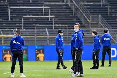 Almanya'da hükümetin ve federasyonun ortak kararı ile birlikte alınan önlemler kapsamında takımların yedek kulübelerinde bulunan futbolcular ve teknik heyet çalışanları, hem sosyal mesafeye dikkat etti, hem de maske taktı.