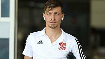 Emre Belözoğlu'nun, Sivasspor ile sözleşmesi biten ve yeni sezonda çubuklu formayı giyecek olan başarılı orta sahayla her gün telefonda konuştuğu belirtildi.