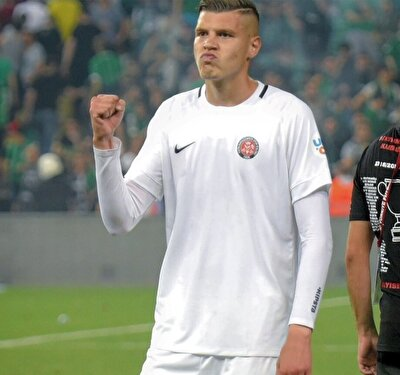 Sezon başında çok fazla forma şansı bulamasa da ilk yarının sonlarına doğru ilk 11'e giren ve formayı bir daha kaptırmayan Fatih Kuruçuk, attığı 5 golle de takımının Play-Off hattında olmasına büyük katkı sağladı.