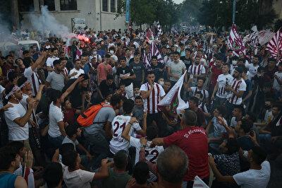 Hataysporlu taraftarlar, takımlarının şampiyonluğunu bu şekilde kutladı.