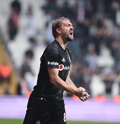 Bu arada, Beşiktaş ile sözleşmesi sona eren ve Fenerbahçe'yle de anlaşamayan Caner Erkin de Galatasaray'a çok yakın. Sarı-kırmızılılar bir dönem formasını giyen milli futbolcuyla 2+1 yıllık sözleşme imzalamayı planlıyor