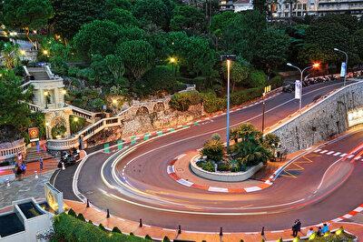Monako Grand Prix - Circuit de Monaco:  1950 yılında F1 listesine girdiğinden beri aynı kalan Monako pisti, şehrin dar sokaklarının trafiğe kapatılmasıyla oluşuyor. Neredeyse her pilotun hayali burada podyuma çıkmak. Monako'daki kıyı şeridinde ve şehir içinde konumlanması sebebiyle yarışı teknelerden ve evlerinden takip edenleri görebilirsiniz. Monako'nun çoğu virajı geçişi imkânsız hale getiriyor. Ayrıca dar yolları da araçların olması gerekenden çok daha yavaş gitmesine yol açıyor. Öyle ki araçların hızı 50 kilometreye kadar düşebiliyor.