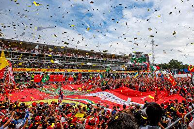 """İtalya Grand Prix - Autodromo Nazionale di Monza: Formula 1 pistlerinin en uzunlarından biri olan Monza, Milano'nun 20 km yukarısında konumlanıyor. Motor sporu etkinliklerinin düzenlediği en eski pistlerden biri olan Monza'da ilk yarış 1921 yılında yapıldı. 1980 yılındaki yenileme dışında her sene yarışılan pist, efsanevi Ferrari takımının """"mabedi"""" olarak biliniyor. Bu yüzden burada Ferrari pilotlarının podyumları muhteşem bir coşkuyla kutlanıyor. Ayrıca burası en hızlı pist olarak da kayıtlara geçmiş. 2020 yılında düzenlenen yarışta Mercedes'ten Lewis Hamilton F1 tarihinin en hızlı turu rekorunu burada kırdı."""