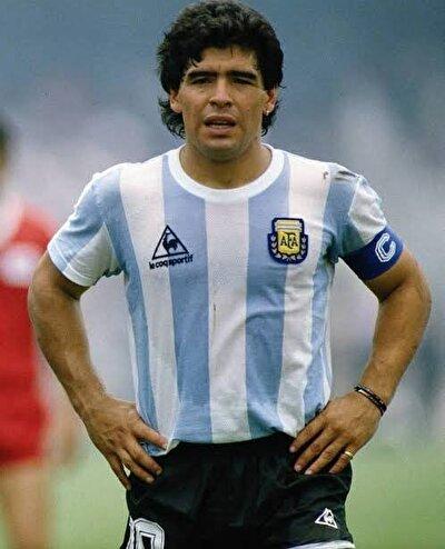 Futbolculuğu döneminde Boca Juniors, Barcelona ve Napoli formalarıyla 9 kupa şampiyonluğu yaşayan, Arjantin Milli Takımı'yla 1986 Dünya Kupası'nı kaldırma başarısını gösteren Maradona, dünya futbol tarihine adını altın harflerle yazdırdı.