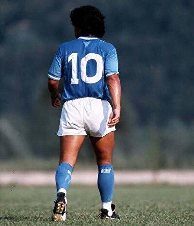 Fabrika işçisi bir baba ile ev hanımı bir annenin çocuğu olan Maradona'nın yeteneği 8 yaşında keşfedilir ve mahalle takımı Estrella Roja'da oynamaya başlar. Altyapısına girdiği Argentinos Juniors ile daha 16 yaşına girmeden profesyonel sözleşme imzalayan Maradona, 1981'de gittiği Boca Juniors'ta şampiyonluk yaşamasının ardından Avrupa'nın büyük kulüplerinden Barcelona'ya transfer oldu.