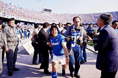 1984 yılında efsanesi olacağı İtalyan ekibi Napoli'ye transfer olan Maradona, tüm kulvarlarda 259 maçta forma giydi ve 115 gol attı. Napoli, Maradona sayesinde ligdeki güçlü takımlarla mücadele edebilecek seviyeye ulaşırken, bu dönemde 2 lig şampiyonluğunun yanı sıra birer kez UEFA Kupası, İtalya Kupası ve İtalya Süper Kupası kulübün müzesindeki yerini aldı.