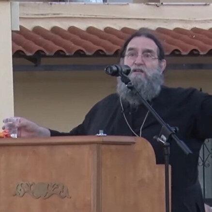 Yunan rahip verdi veriştirdi