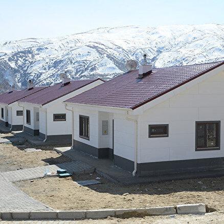 Depremzedelere villa konforunda köy evi
