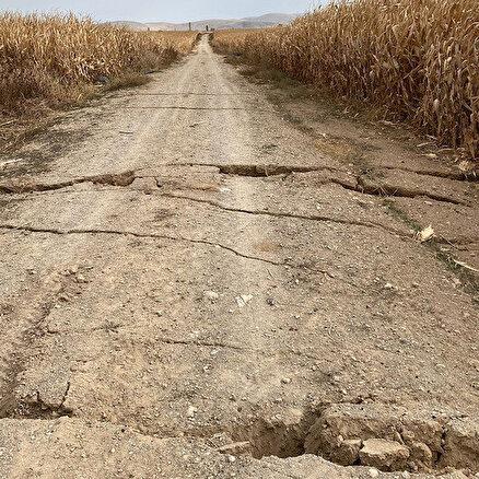 Yolda yarıklar oluştu