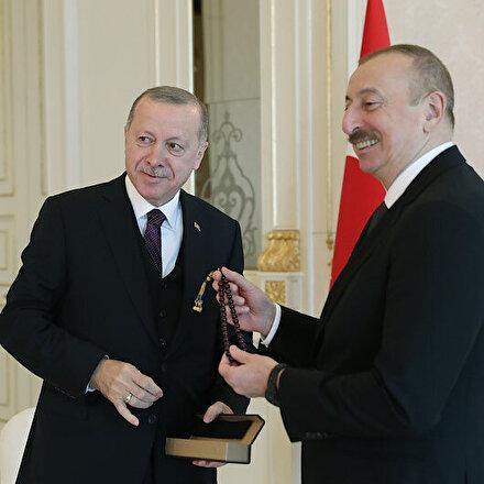 Cumhurbaşkanı Erdoğan İlham Aliyeve tespih hediye etti