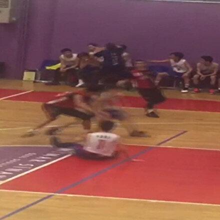Basketbol maçında antrenör ortalığı birbirine kattı