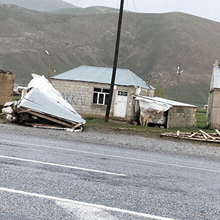 Vanda kuvvetli rüzgarda çatılar uçtu, direkler devrildi