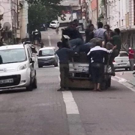 Esenyurtta bir kamyonet dolusu adamla kovaladıkları kişiyi yakalayıp bıçakladılar