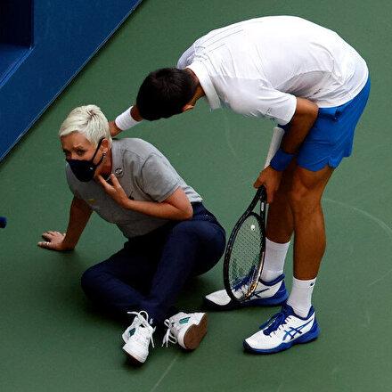 Novak Djokovicin sinirlenip kenara attığı top, çizgi hakeminin boğazına geldi
