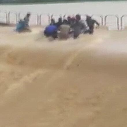 Burkina Fasoda 13 kişinin öldüğü, 19 kişinin yaralandığı sel felaketi kamerada