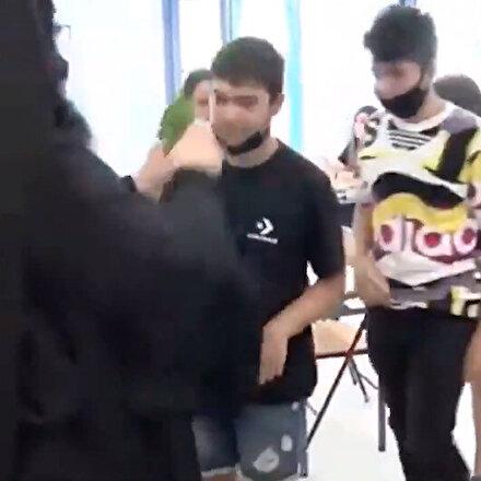 Yunanistanda okullar açıldı: Pandemiye rağmen öğrenciler aynı haçı öptü