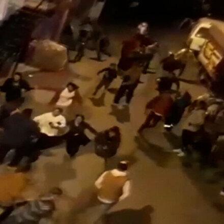 Yasağı ihlal edenlerin polis aracını görünce çığlık çığlığa kaçıştığı anlar kamerada