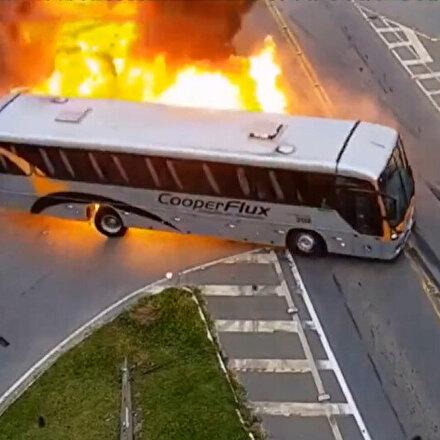 Brezilya'da TIRın çarptığı otobüs alev aldı: Kaza anı kamerada