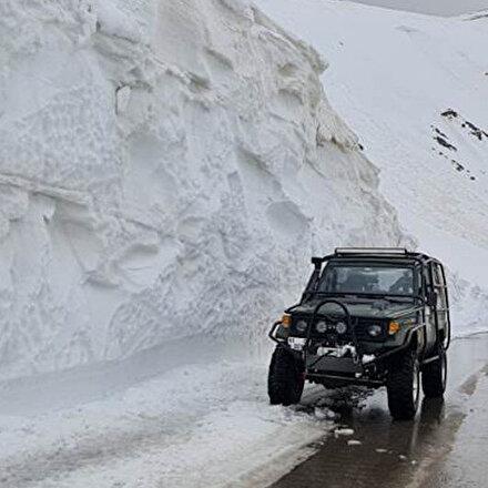 Bayburt-Çaykara karayolunda 10 metrelik dev kar kütleleri temizlenerek yol ulaşıma açıldı