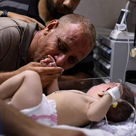 Filistinli babanın, İsrail katliamından sağ kurtulan tek çocuğuyla buluştuğu an yasa boğdu