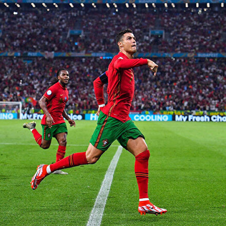 Ronaldo yine tarihe geçti