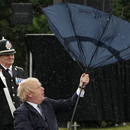 İngiltere Başbakanı Boris Johnsonın şemsiyeyle mücadelesi ilginç görüntüler oluşturdu