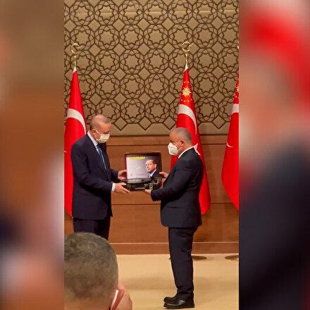 Anadolu Yayıncılar Derneği Başkanı Sinan Burhandan Cumhurbaşkanı Erdoğana anlamlı hediye