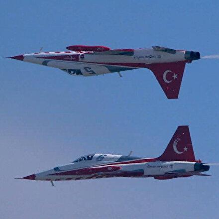 Türk Yıldızları TEKNOFESTte baş aşağı misafirlerini selamladı