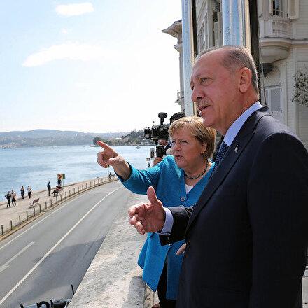 Cumhurbaşkanı Erdoğan Merkele Huber Köşkü balkonundan Boğazı anlattı
