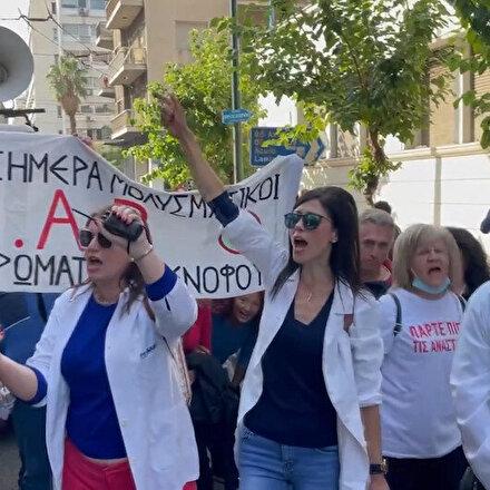Atinada sağlık çalışanları kötü çalışma koşullarını protesto etti