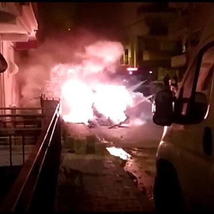 Sultangazi'de söndürme çalışmaları sırasında otomobilin patladığı anlar kamerada