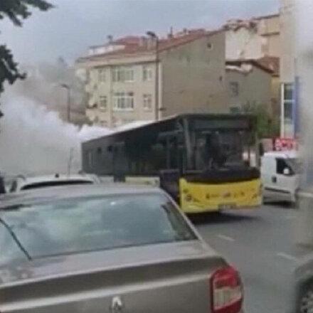 Arızalanan İETT otobüsü sokağı duman altında bıraktı