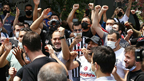 Besiktas fans swarm near their manager's house to persuade him to stay