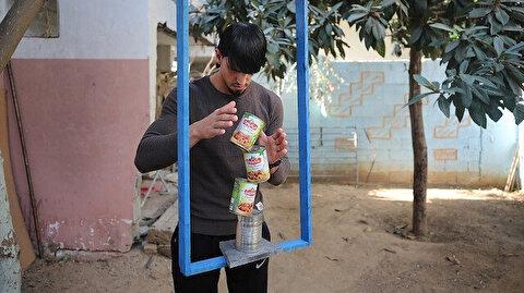 بأثاث بيته.. شاب في غزة يتحدى الجاذبية
