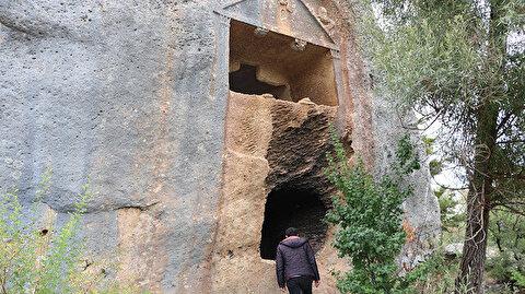 """""""قرامان"""" التركية.. مقابر صخرية برموز أسطورية"""