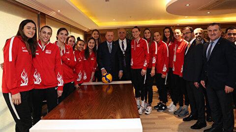 أردوغان يلتقي سيدات تركيا للطائرة الفائزات بفضية أوروبا