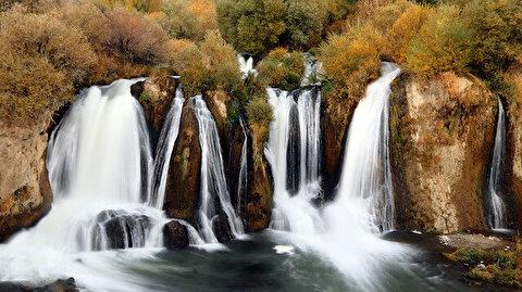 """شلالات """"مرادية"""" تكتسي بألوان الخريف في """"وان"""" التركية"""