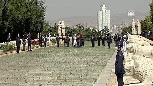 Cumhurbaşkanı Erdoğan YAŞ toplantısı öncesi Anıtkabir'de