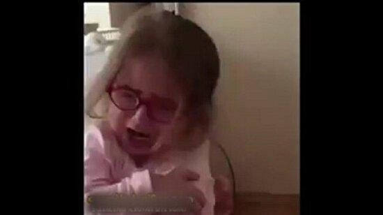 Sevimli kızın büyük istemiyorum diye ağlaması