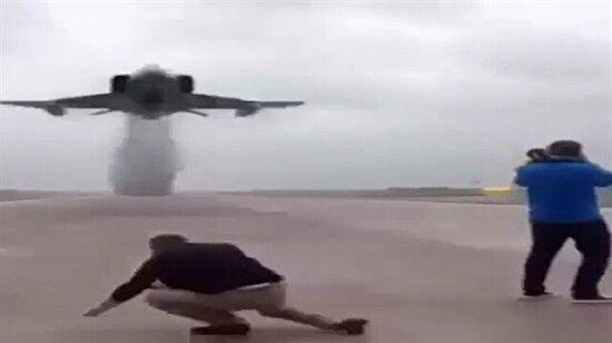 Yakın geçen uçak fotoğrafçıları yere serdi!